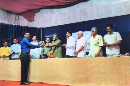 श्री. राजन गवस, शिवाजी विद्यापिठ, कोल्हापूर, मराठी विभाग प्रमुख यांंच्या हस्ते शिक्षक भारती कांव्य पुरस्कार स्विकारताना श्री.संतोष जोईल २०१६-२०१७